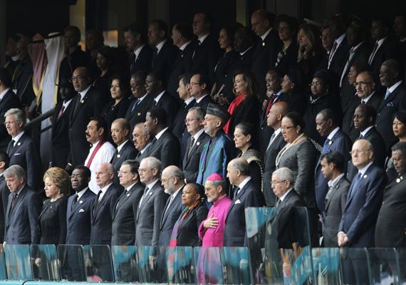 A világ országainak politikai vezetői fejezik ki állva tiszteletüket a múlt héten elhunyt Nelson Mandela emléke iránt.