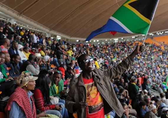 Ünneplő tömeg Nelson Mandela búcsúztatóján.