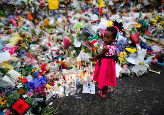 Virágcsokrok özöne jelzi az emberek Nelson Mandela iránt érzett tiszteletét és szeretetét.