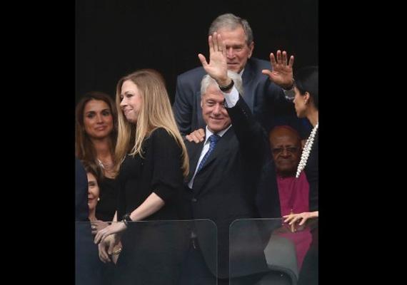 Az Amerikai Egyesült Államok két korábbi elnöke, Bill Clinton és George W. Bush is ott ültek a megemlékezésen.