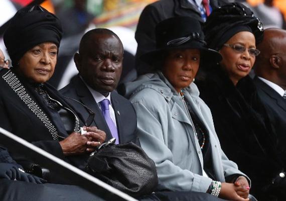 Balra Winnie Madikizela-Mandela, Nelson Mandela volt felesége és jobbra özvegye, Graca Machel Mandela búcsúztatásán.