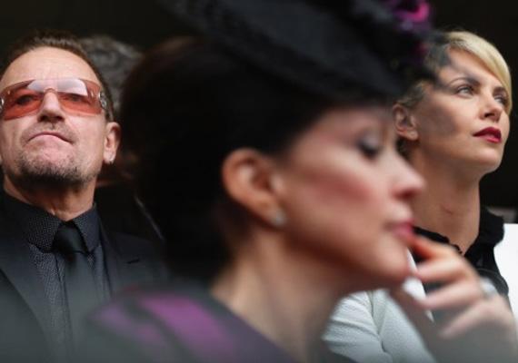 A zenész Bono és a dél-afrikai származású színésznő, Charlize Theron is részt vett a korábbi dél-afrikai elnök, Nelson Mandela keddi búcsúztatásán.