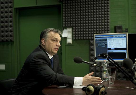 2010-ben elsőként különféle szervezetekkel kezdett konzultációba a kormány. Orbán Viktor akkor olyan kemény tárgyalópartnerekkel került szembe, mint a KDNP vagy a Fidelitas - a Fidesz ifjúsági szervezete. De ne legyünk igazságtalanok, több érdekvédelmi szervezet vezetőjével is tárgyalt a kormányfő, ám ekkor még levelekkel nem bombázták a lakosságot.