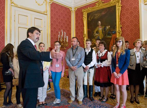 Az államfő, Áder János a Sándor-palotában fogadja a határon túlról érkező magyar diákokat június 4-én.