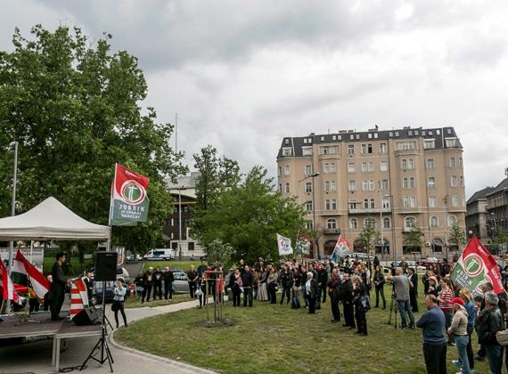 A Jobbik trianoni megemlékezést tartott június 2-án, vasárnap. A párt fővárosi szervezetének rendezvényén számos nemzeti, székely és árpádsávos zászlót lengettek.