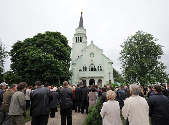 A Vajdasági Magyar Szövetség és a vajdasági képviselőház elnöke, Pásztor István ünnepi beszédét hallgatják az emberek Királyhalmon.