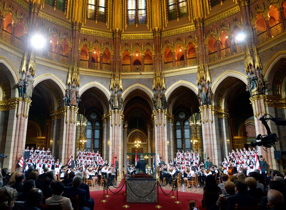 Ünnepi koncertet rendeztek az Országházban, ahol a székelyföldi Szentegyházi Gyermekfilharmónia tagjai énekeltek.