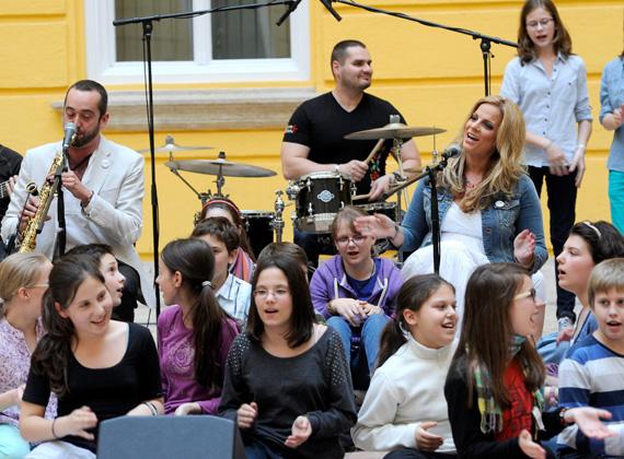 A Nemzeti Összetartozás Dalát éneklik a fővárosi Hadtörténeti Intézet udvarán. A képen a dal két szerzője, Gergely Éva és Bársony Bálint is látható. A dal a 8-12 éves korosztályt célozza meg.
