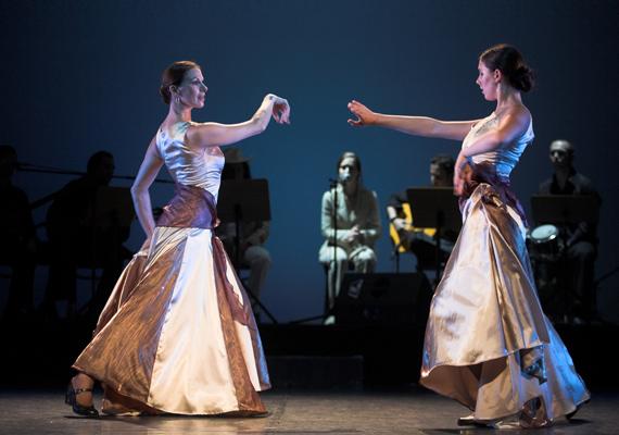 Részlet a Las Flamencas című darabból.                         Egy anya legnagyobb öröme, ha leányában láthatja élethivatása folytatását.(%oldalmero(http://ad.adverticum.net/img.prm?zona=1759478&kampany=2431335&banner=2431337&ord=RANDOM_NUMBER)%)