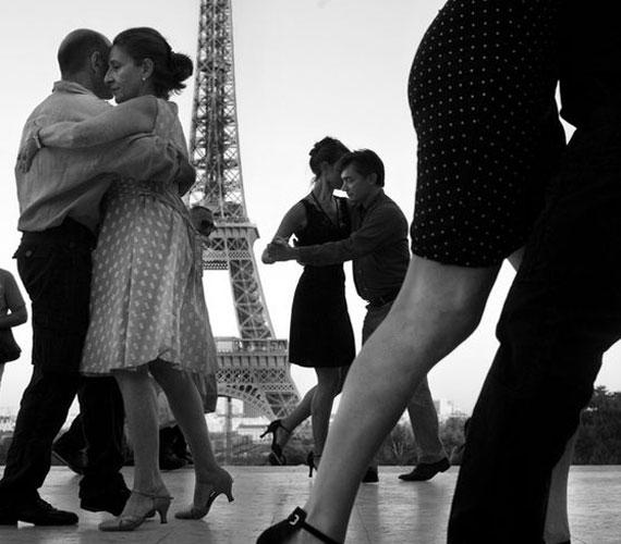 FranciaországPárizsban sem ma kezdték az utcai tangózást. Ez a '60-as években készült fotó arról árulkodik, hogy anyukáink és nagymamáink korosztálya már javában tangózott a fények városában.