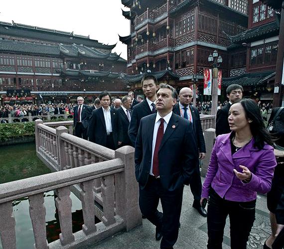 Sanghaj, Kína: a miniszterelnököt 2010. október 31-én Sanghajban fogadta hivatali kollégája, Ven Csia-pao.