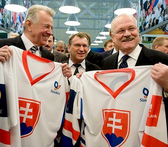 Pozsony, Szlovákia: Schmitt Pál és Ivan Gasparovic a Slovakiatour Nemzetközi Idegenforgalmi Vásáron 2011 januárjában.