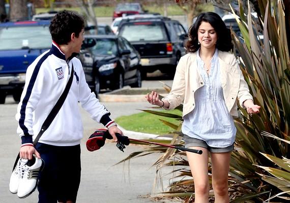 Később rövid ideig randizott Selena Gomezzel, de a kapcsolatból semmi sem lett.