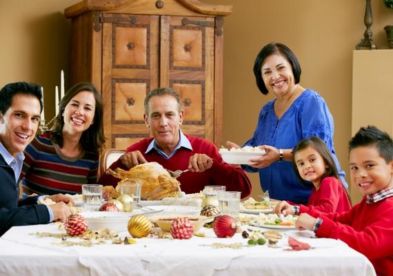 Úgy tűnik, az összes filmben nagyobb családok vannak, legalább két gyerekkel. Különösen a karácsonyi filmek érintenek érzékenyen, ilyenkor mindig elfog a vágy, hogy egyszer te is részese lehess egy olyan nagycsaládos ünnepi vacsorának, amilyet a tévében látsz.