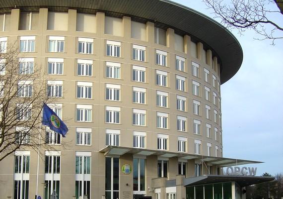 A hágai székhelyű Vegyifegyver-tilalmi Szervezet - OPCW - a 2013. évi Nobel-békedíj kitüntetettje. Az OPCW független nemzetközi szervezet, tevékenységét összehangolja az ENSZ-szel, és ilyen minőségében tevékeny szerepet vállal a szíriai vegyi fegyverek megsemmisítésében. A fotón az OPWC székháza látható.