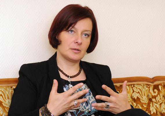 Balatoni Monika a Külgazdasági és Külügyminisztériumban kapott államtitkári pozíciót. A kulturális diplomáciáért felel. Az államtitkár éppen interjút ad kinevezése alkalmából.