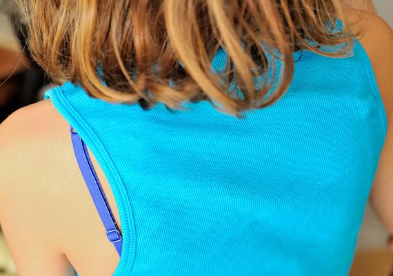 A kilógó melltartópánt és a ruhán átütő, színes, mintás melltartó szintén nem illő, főleg nem munkahelyre.