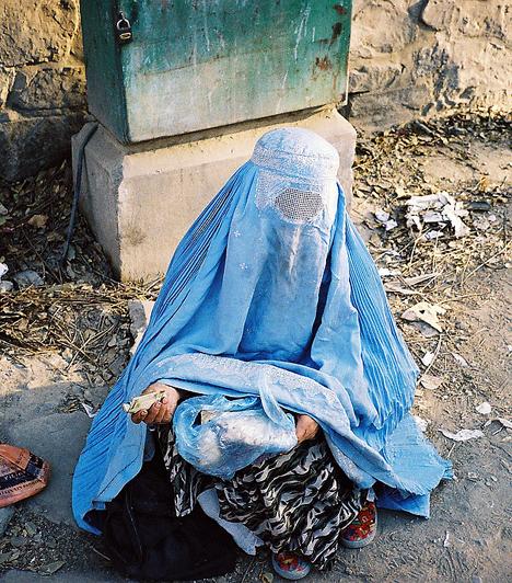 AfganisztánA mai napig tilos például szexuális életet élniük a nőknek a házasság előtt. Akiről kiderül a nászéjszakán, hogy már nem szűz, nemcsak nem mehet férjhez: a családja becsületgyilkosság címén akár meg is ölheti - az ilyesfajta gyilkosságok felett szemet huny a hatóság.Kapcsolódó cikk:4 megbocsáthatatlan bűn, amit a nők ellen elkövetnek »