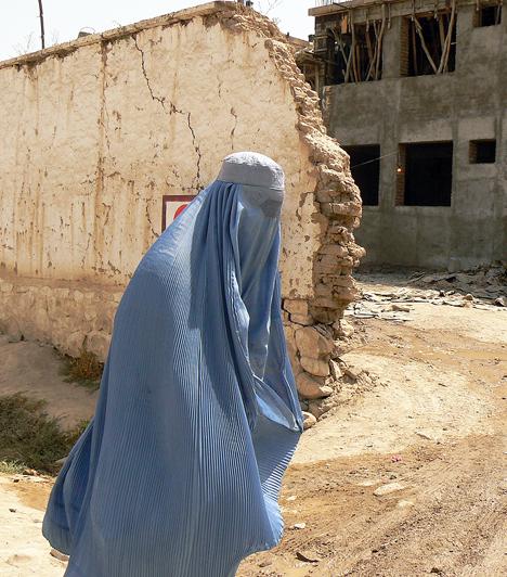 AfganisztánAz országban 2001 óta a korábbiaknál több jog illeti meg a nőket - az egész testet eltakaró lepel, a burka sem kötelező. A nők jogainak kiszélesedése ellenére azonban - a még élő, igen szigorú hagyományok következtében - a nők elleni és a családon belüli erőszak nem szűnt meg, sőt, egyesek szerint tovább súlyosbodott.