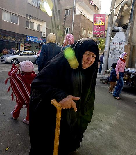 IrakAz amerikaiak jelenléte által felbátorodott sejkek és törzsi vezetők ismét tabukat állítottak fel. Egyes helyeken például tilos három napnál tovább gyászruhát viselniük a nőknek. Bár a liberálisabb törzsfőnökök helyenként lehetőséget adnak a tanulásra, a nők nem hagyhatják el a házat fejkendő nélkül, csak nagyon ritkán mehetnek el otthonról, sőt, sokszor csak kísérettel.