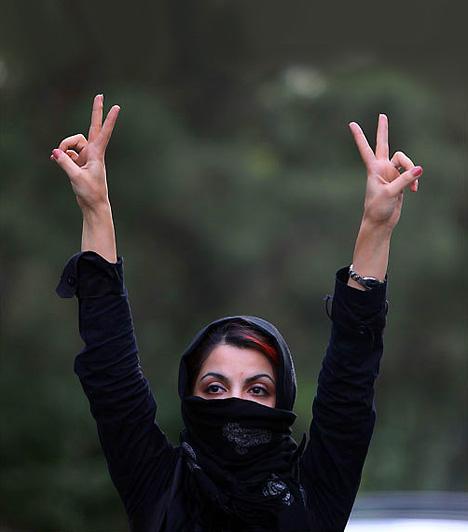 IránA hidzsáb viselése Iránban a kilenc év feletti nők számára kötelező 1979, az Iráni Iszlám Köztársaság megalakulása óta. Az utóbbi években azonban a nők bátrabban ruházkodnak - egyre többen hordanak például színes kendőt vagy divatos kabátokat. A csador viselése az iszlám siíta vallás szerint élőknek viszont kötelező.
