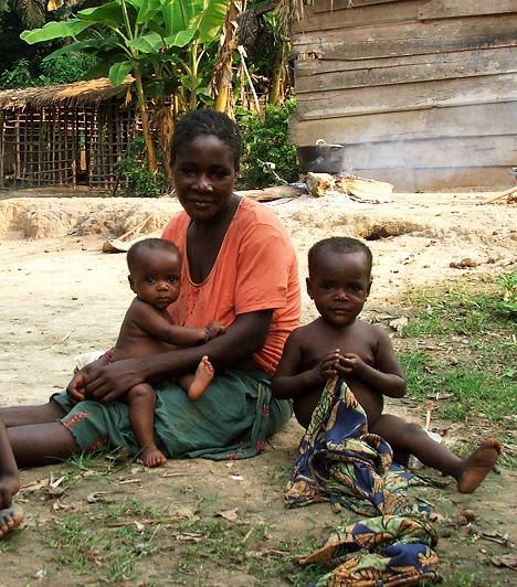 KongóAz erőszakos nemi közösülés útján szerzett fertőzések testileg és lelkileg is összetörik a nőket. Megbélyegzettekké válnak, közösségük kizárja őket, sőt, gyakran a férjük is elhagyja őket a megaláztatás miatt és az AIDS-től rettegve. Kongóban tíz nőből három fertőzött HIV-vírussal, a többiek más nemi betegségekben szenvednek.Kapcsolódó cikk:A történelem 3 legtöbb áldozatot szedő járványa »