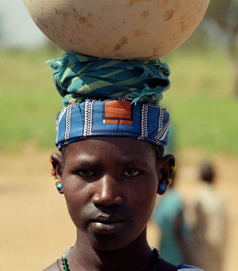 Mali  2009 elején ugyan kihirdettek egy olyan családjogi törvényt Malin, mely könnyít a nők helyzetén, ezt azonban még mindig nem írta alá a kormányfő. Ha nem fogadják el a törvényt, a lányokat ezután is férjhez adhatja az apjuk már 15 éves koruk után. Az öröklésre vonatkozó szabályok viszont nem változnak: eszerint az örökhagyó kikötheti a végrendeletben, hogy a fiúk kétszer annyit örököljenek, mint a lányok.