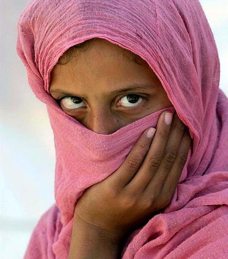 PakisztánA pakisztáni házasságokban mindennaposak az erőszakos cselekmények. Az országban minden harmadik, negyedik órában megerőszakolnak egy nőt - sokszor büntetlenül. A törvények szerint ugyanis csak akkor léphet az áldozat bíróság elé, ha több tanúval is igazolni tudja a bűncselekményt. Ennek hiányában a bíróság házasságon kívüli szexuális kapcsolat fenntartása vádjával a nőt ítéli el.
