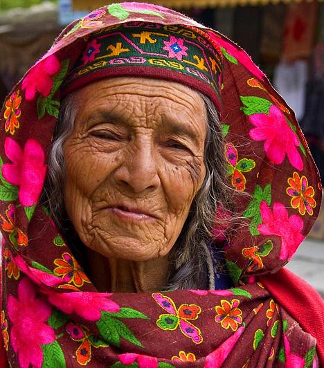 PakisztánPakisztán egyes részein a nők otthonaikba bezárva, minden szórakozási lehetőségtől megfosztva, szinte fogolyként élnek. Betegség esetén sem jobb a helyzet: a kórházak csak akkor vesznek fel női beteget, ha férfirokon kíséretében érkeznek.