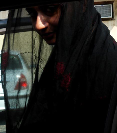 Szaúd-Arábia  Az arab országok közül Szaúd-Arábiában vonatkoznak a legszigorúbb szabályok a nőkre. Tilos például vezetniük, a buszon és a vonaton férjük vagy valamely férfirokonuk nélkül utazniuk. Tavaly októberben több tucat nő ült a volán mögé tiltakozásképpen, ám a tüntetést hamar beszüntették. A hidzsábot - a fejet is eltakaró, földig érő kendőt - nem vallási meggyőződésből viselik, hanem törvény írja elő.  Kapcsolódó cikk: 3 kegyetlen ország, ahol szörnyű nőnek lenni »