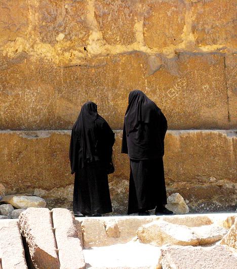 Szaúd-ArábiaA sport és bármifajta testmozgás is tilos a nőknek. Az egészségtelen életmód következtében a szaúdi nők körében igen gyakori a cukorbetegség és a csontritkulás is. Bár az Egészségügyi Minisztérium is ellenzi a testmozgás tiltását, a legfőbb vallási vezetők szerint a heves mozgás árthat a még szűz, fiatal lányoknak, akik akár el is veszíthetik a szüzességüket sport közben.