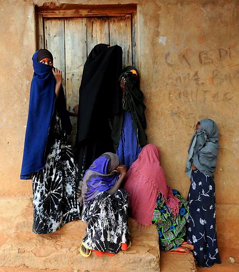SzomáliaAz országban gyakori a nők ellen elkövetett nemi erőszak. Ahogy azonban Kongóban, úgy itt sem sok lehetősége van egy nőnek fellépni ez ellen. Előbb vádolják meg és ítélik el házasságtörés vádjával - amelyért akár az életével is fizethet -, minthogy bármilyen formában is felelősségre vonnák az erőszakolót.