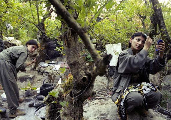 Ezek a nők ugyanúgy készülődnek minden reggel a táborban, mielőtt a katonai gyakorlatok megkezdődnek, mintha egy irodába mennének dolgozni.
