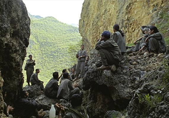 Fiatal katonák éneklik a Kurd Munkáspárt dalait.
