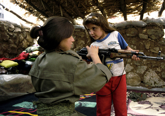 Egy lány mutatja a kishúgának, hogyan használja a Kalasnyikovot. A nővér már 13 éves kora óta a tábor lakója, azóta nem látta az anyja Amikor a húga megszületett, ő már öt éve katona volt.