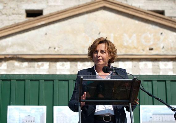 Szemereyné Pataki Klaudiát indítja a Fidesz-KDNP Kecskeméten. Szemereyné nem annyira ismeretlen, hiszen volt már alpolgármester és miniszteri biztos is. Tavaly pedig egy évre a parlamentbe is bejutott, amikor Matolcsy György helyét örökölte meg, aki jegybankelnöki kinevezése miatt mondott le mandátumáról.