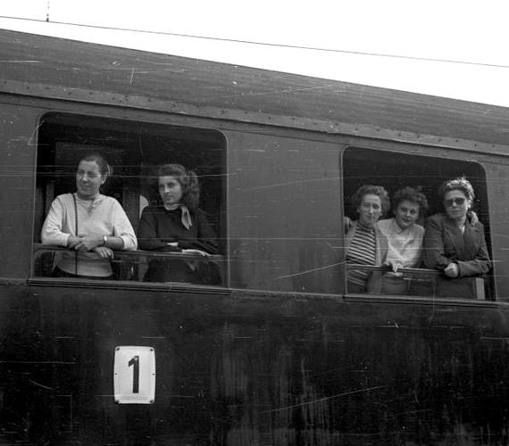 A tehetősebb réteg mindennapjaiban nem sok változás állt be, volt, aki ugyanúgy elutazott kirándulni, mint a forradalom előtt. A fotó egy Prágába tartó vonat első osztályáról készült.