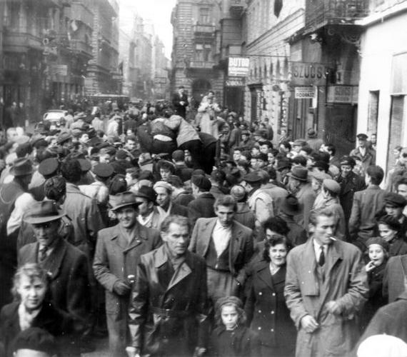 Az ősszel utcára vonuló tömegben a férfiak sokasága mellett szép számmal voltak nők, sőt, gyerekek is, rengetegen tüntettek családostul.