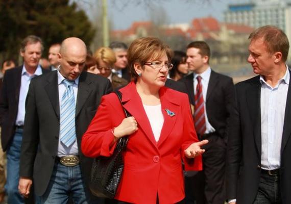 Lamperth Mónika az első Gyurcsány-kormányban, 2004 és 2006 között belügyminiszteri pozíciót töltött be. 2007-2008-ban, azaz a második Gyurcsány-kormány idején pedig szociális és munkaügyi miniszteri, majd ezt követően egy évig önkormányzati és területfejlesztési miniszteri posztot töltött be.