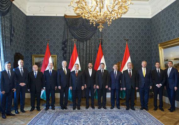 A harmadik Orbán-kormány csoportképe Áder János köztársasági elnökkel.
