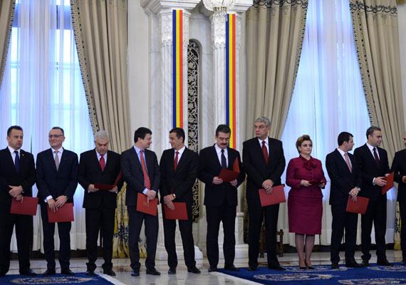 A Romániai Magyar Demokrata Szövetség - RMDSZ - első női miniszterét tavaly ősszel iktatták be hivatalába. Hegedűs Csilla korábban már államtitkárként dolgozott a román kormányban, később azonban ő vezette a kulturális tárcát. Mindez csak múlt idő, ugyanis a decemberben felállt új Ponta-kormány koalíciós partnerei közül kimaradt az RMDSZ. A jelenlegi román kormányban három nő foglal helyet miniszterként - a fotón csak egyikük, Rovana Plumb munkaügyi miniszter látható.