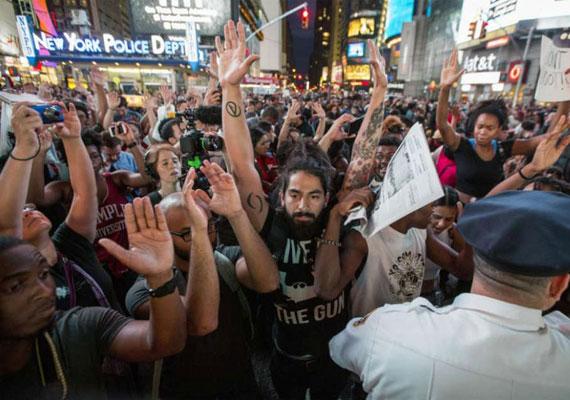 Szerte az Egyesült Államokban kezdtek tüntetésekbe, amikor kiderült, nem emelnek vádat a fegyvertelen tinédzsert agyonlövő rendőr, Darren Wilson ellen. A hírre a St. Louis külvárosának számító Fergusonban, a tragikus eset helyszínén napokig tartó zavargások kezdődtek. A tüntetők autókat gyújtottak fel és üzleteket fosztottak ki. A rendőrök országszerte százakat vettek őrizetbe. Máig nem tudni biztosan mi történt pontosan augusztus 9-én, amikor Michael Brownt lelőtte Wilson. A rendőrség álláspontja szerint a fiú a rendőrre támadt, de olyan szemtanúk is akadtak, akik szerint a fiú már megadta magát, amikor a halálos lövés érte.