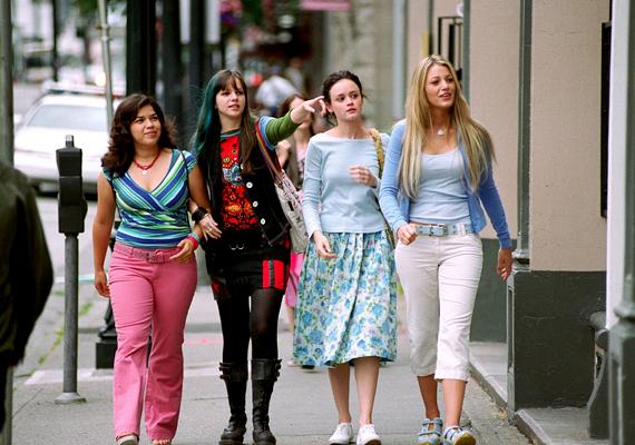Négyen egy gatyában, 2005: Négy barátnő először tölti külön az egész nyarat, de egy farmer segítségével mégis mindenen együtt mennek keresztül.