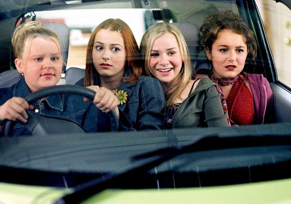 Ottalvós buli, 2004: Julie a középiskola előtti nyáron ki akar rúgni a hámból. Három barátnőjével meg akarják változtatni a róluk kialakult képet.
