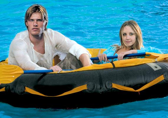 A sztárkivetett, 2005: Jason, az énekes megtetszik Jennynek, aki egy kis ügyeskedéssel felkerül a srác hajójára. Hamarosan vihar kerekedik, és egy szigetre vetődnek.