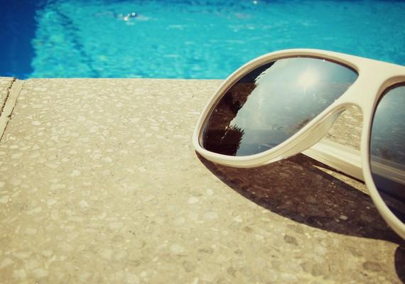 Medence és napszemüveg.Kattints ide a nagy felbontású képért! »