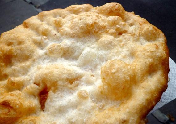 A klasszikus, zsírban tocsogó sajtos-tejfölös lángos az egyik legnagyobb alakgyilkos a nyáron.