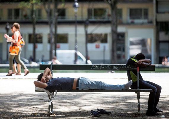 Árnyákban pihenők Párizsban. Franciaország elővette a hőség idejére készített vészforgatókönyvét. Ezt az után dolgozták ki, hogy 2003-ban több ezer franciát ölt meg egy hőhullám. Ahogy akkor, most is főként az egyedül élő idős emberek vannak veszélyben, így elsősorban őket igyekeznek védeni.