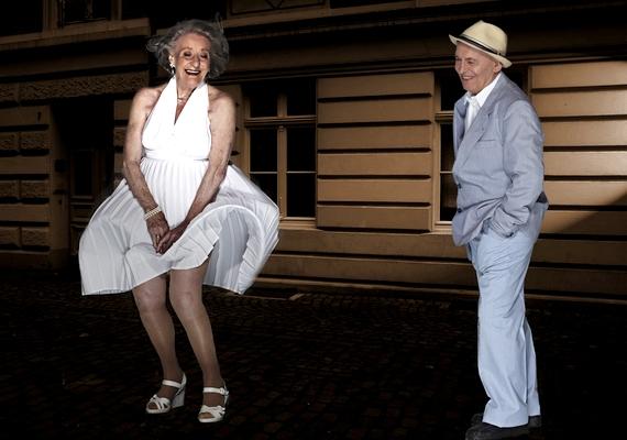 A jellegzetes szoknyás jelenet a Hétévi vágyakozásból. A fotón a 84 éves Ingeborg Giolbass és a 88 éves Erich Endlein látható.