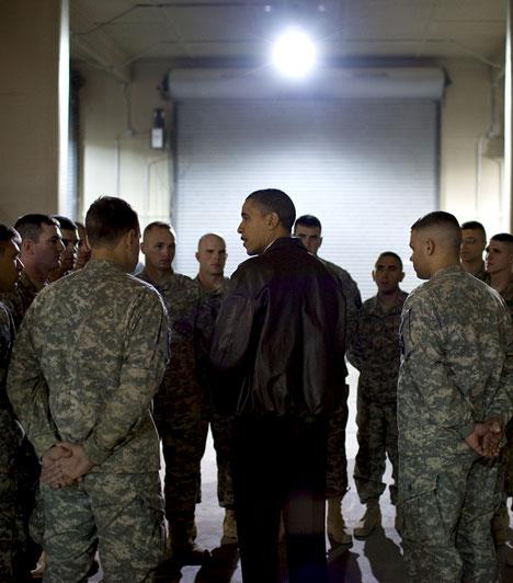 Afganisztánban  Az elnök 2010. december 3-án találkozott Afganisztánban a bagrami repülőtéren egy szakasz amerikai katonával, akik éppen akkor hat társukat veszítették el.